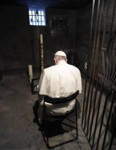 Papa Francisco rezando en la celda de Maximiliano Kolbe en Auschwitz Julio 2016