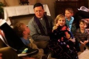 El padre Erdman con los niños