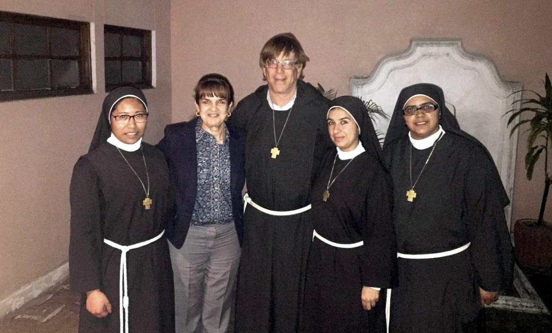 Giusela Urruela, con el Hno. Ray Schambach y hermanas de la Fraternidad de la Divina Providencia