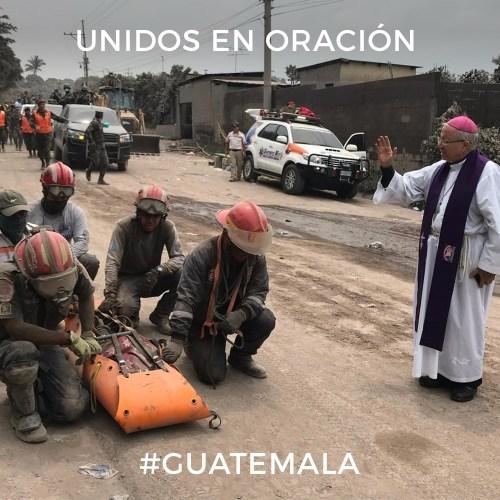 En la foto Mons. Victor Hugo Palma bendiciendo a los recatistas