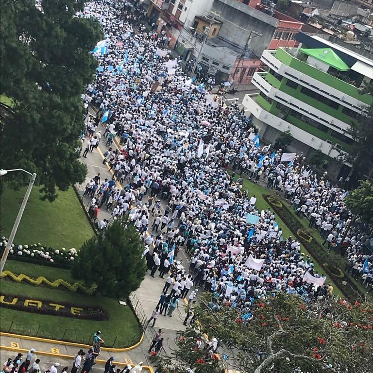 Participantes de la masiva marcha en Guatemala Foto: Transformemosguate