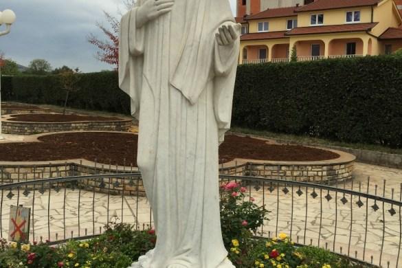 Imagen de Maria al frente de la parroquia