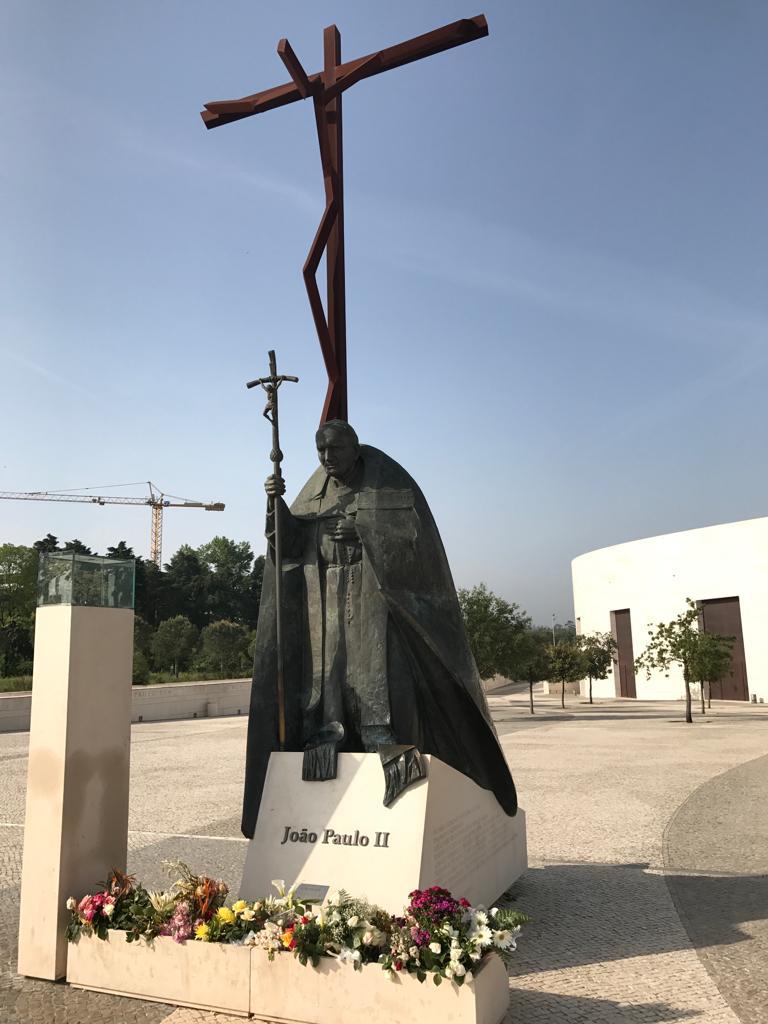 Cruz de hierro e Imagen de San Juan Pablo Segundo