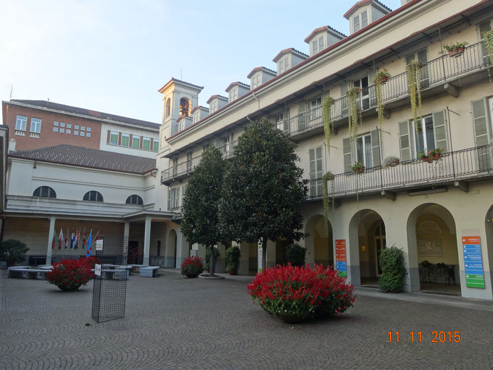 Patio del colegio, donde se pueden ver al costado las habitaciones, y al fondo la CApilla Pinardi