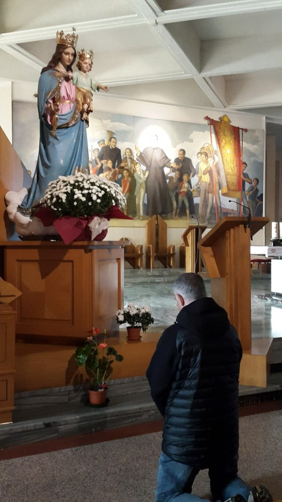 Rezando ante la iImagen de Maria Auxiliadora