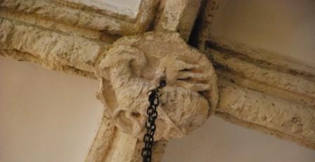 En una de las claves son visibles los restos de un cordero. Firma: Alfred Driessen.