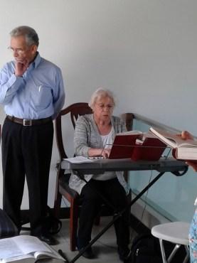 Mila y Armenio facilitando el canto.