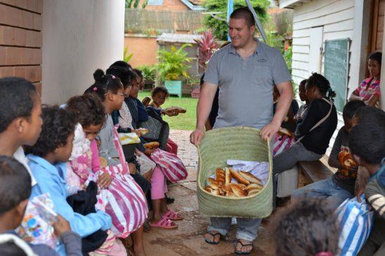 Proiect îmbrăcare 300 copii 2016