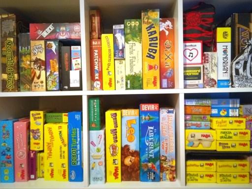 estanteria juegos de mesa educativos