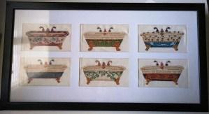 Cuadro bordado a punto de cruz con dibujos de bañeras antiguas