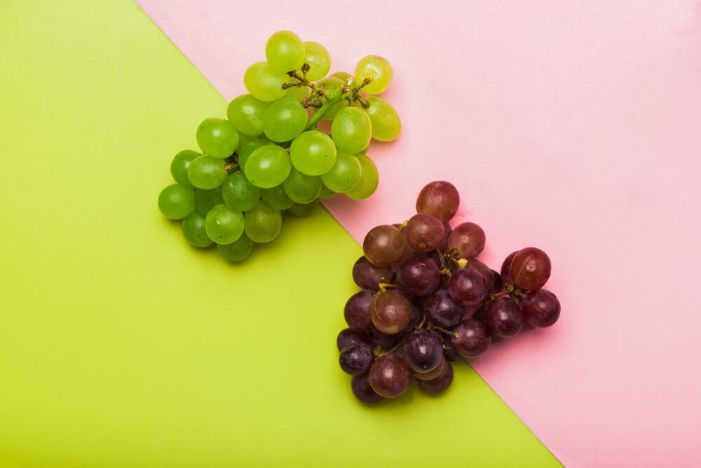 uvas-rojas-verdes-sobre-un-fondo-colorido