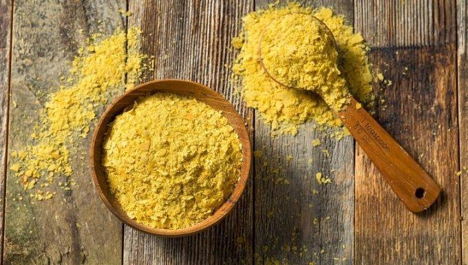 Levadura de alimentos orgánicos amarillos crudos en un recipiente