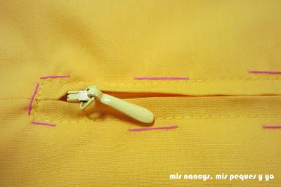 mis nancys, mis peques y yo, tutorial DIY funda de cojín sencilla con cremallera y volante, cremallera cosida