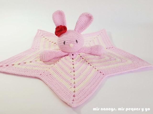 mis nancys, mis peques y yo, manta de apego con conejita amigurumi, mantita rosa y blanca