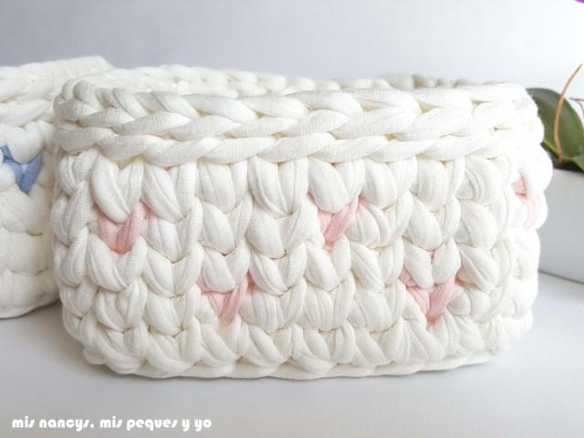 mis nancys, mis peques y yo, cestas de trapillo cuadradas con lunares, detalle cesta pequeña con lunares rosas