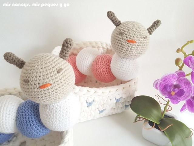 mis nancys, mis peques y yo, mordedores conejito de crochet, detalle gusanitos amigurumis