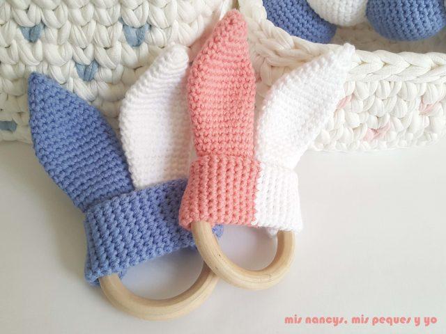 mis nancys, mis peques y yo, mordedores conejito de crochet, detalle mordedores con aros de madera natural amigurumis