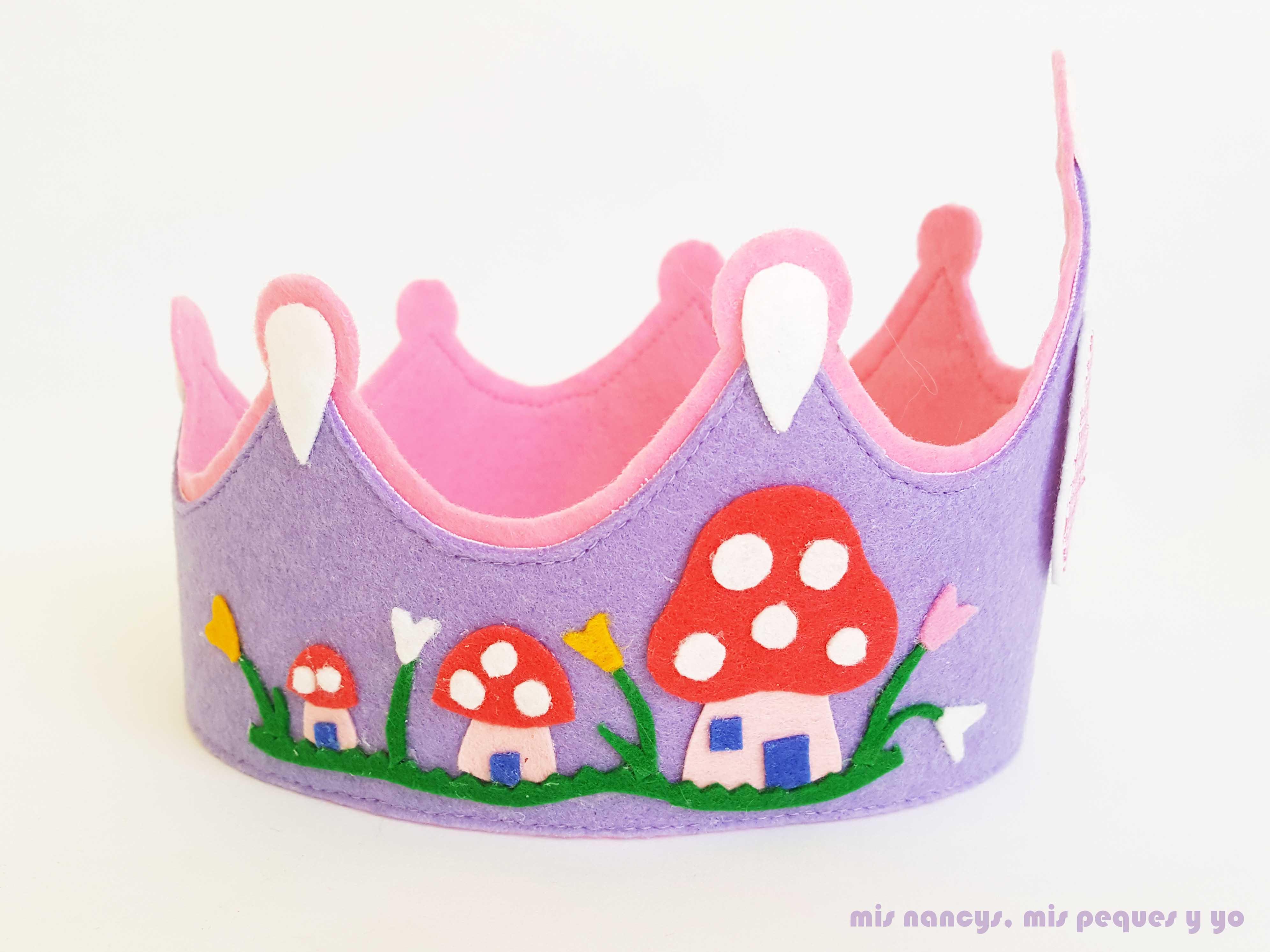"""mis nancys, mis peques y yo, corona para cumpleaños de fieltro """"En el bosque"""", lado con casitas en forma de setas"""