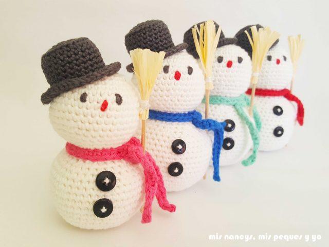 mis nancys, mis peques y yo, muñecos de nieve amigurumi, cuatro muñecos con bufandas de colores