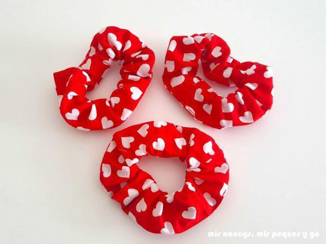 mis nancys, mis peques y yo, coleteros de tela o scrunchies, coleteros con tela roja con corazones