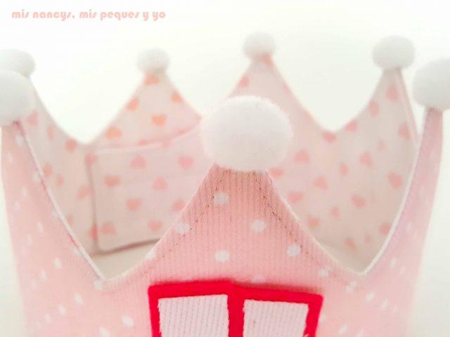 mis nancys, mis peques y yo, corona de cumpleaños de tela, corona con pompones
