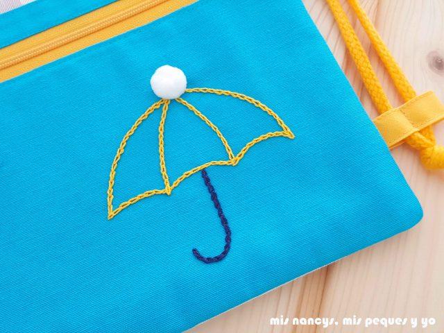 mis nancys, mis peques y yo, mochilas de tela infantiles, detalle paraguas bordado con cadeneta y pompón