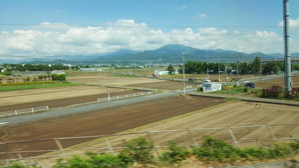 japanische Landschaft aus dem Shinkansen-Fenster