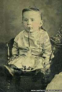 Середина 19 века - малыш пьет искусственную смесь из бутылочки