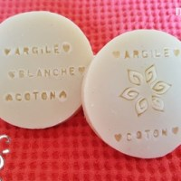 [:fr]savon à l'argile blanche et huile de coton[:de]Seife mit weisser Ton und Baumwollsaatöl[:]