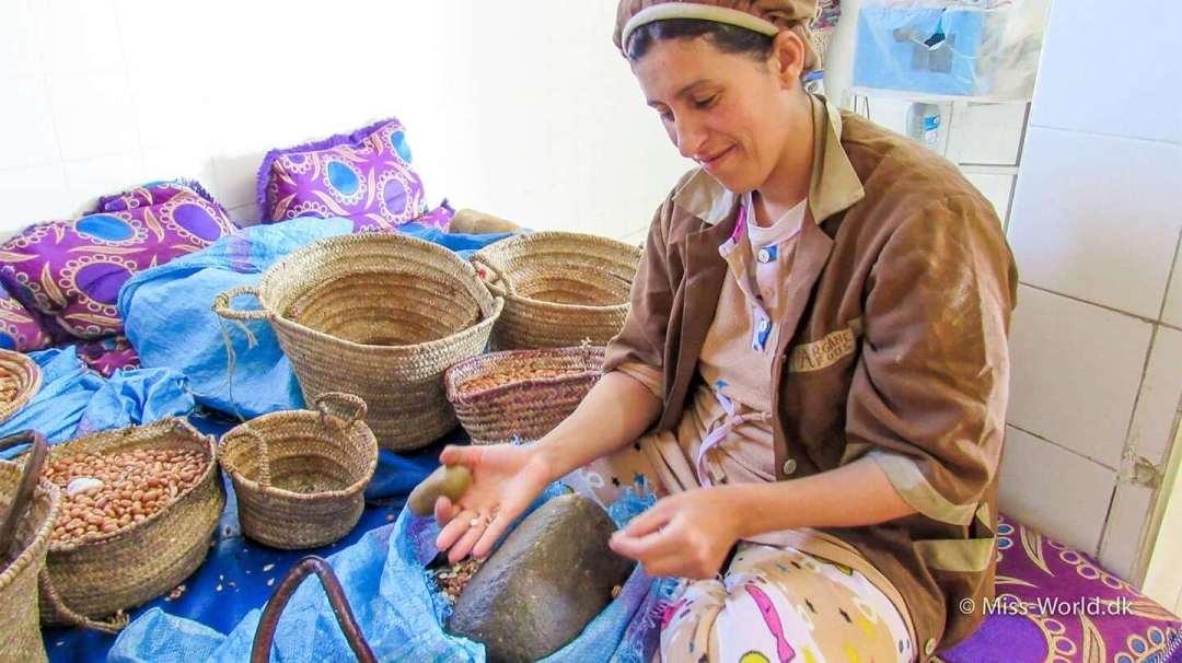 Kvinde på argan olie fabrik i Marokko