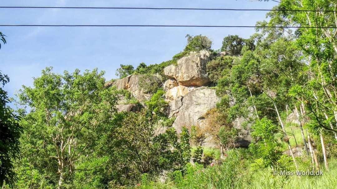 Her starter turen op ad Ella Rock, der er i alt 650 trappetrin op til Ravana Cave i Ella, Sri Lanka