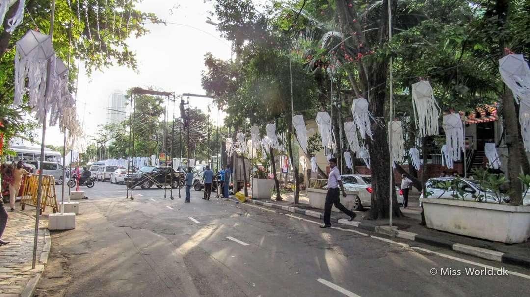 Vesak forberedelser foran Gangaramaya Templet i Colombo, Sri Lanka