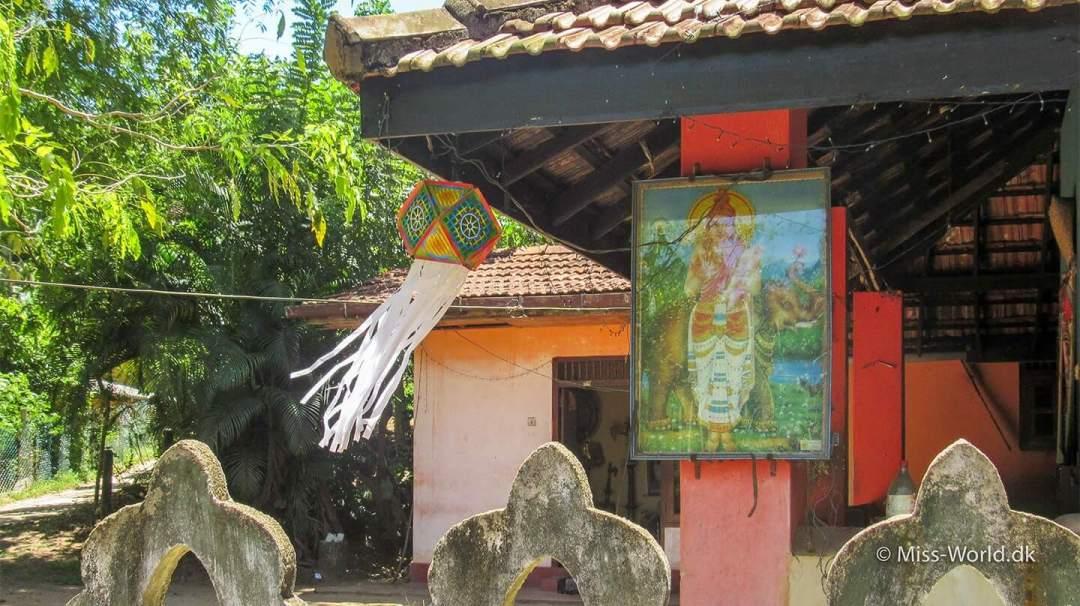 En lanterne hængt op i forbindelse med vesak, ved et lille tempel i Ahangama, Sri Lanka