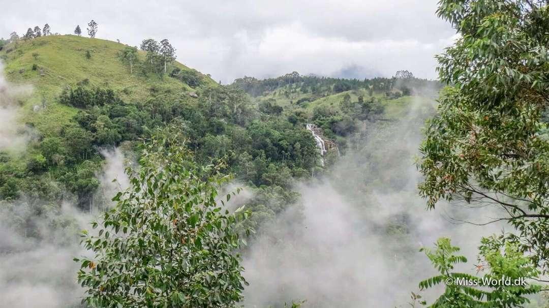 Kithal Ella Falls, er vandfaldet man kan se til højre i Ella Gap. Her kan man lige skimte det mellem skyerne
