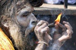 661674-sadhu-fume-marijuana-exterieur-temple