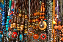 Ethnic_jewellery_being_sold_at_Colaba,_Mumbai