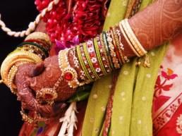 walker-gerard-bejewelled-bride-with-henna-hands-at-mumbai-wedding