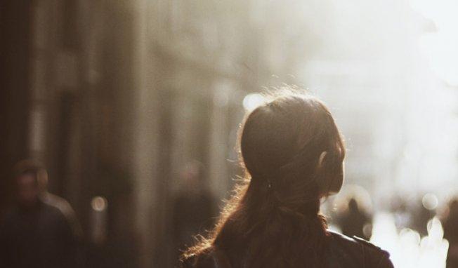 femme-qui-marche-dans-la-ru