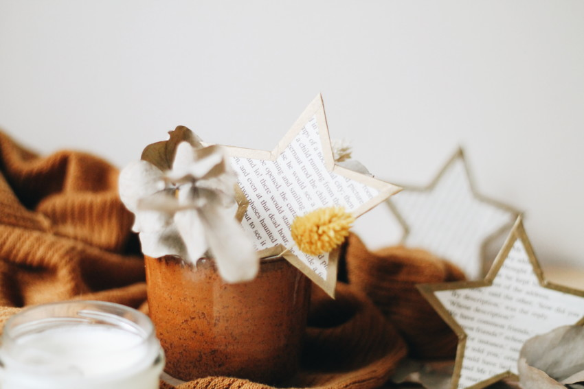 DIY Des étoiles dorées découpées dans des romans (upcycling)