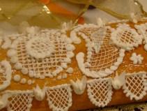 """""""Tronaor"""" decorado con una puntilla de merengue suizo. Un trabajo de chinos. De La Rosa de Jericó."""