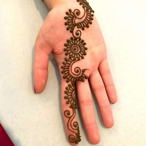 Mehendi designs are drawn from a cone like plastic that has henna paste filled in it. 100 Simple Mehndi Design For Beginners Missbonic