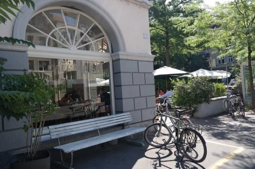 Zürich Bahnhofstraße Kurztrip Sehenswürdigkeiten Cafés Tipp Empfehlung Schweiz Reiseblog Blog MissBonneBonne Limmat Strandbar Promenade Bahnhofstrasse Restaurants