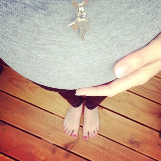 BabyBB Schwangerschaft Mamablog Kindsbewegungen Hand auf Babybauch Erfahrung SSW28