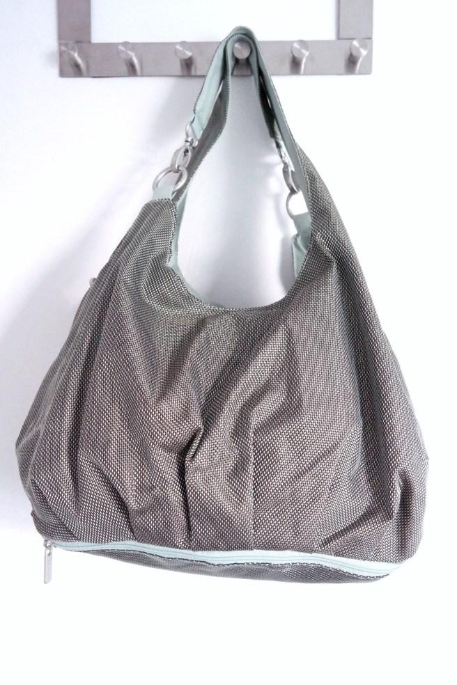 Shoulder Bag Metallic frosty Lässig große Wickeltasche grau Mamablog