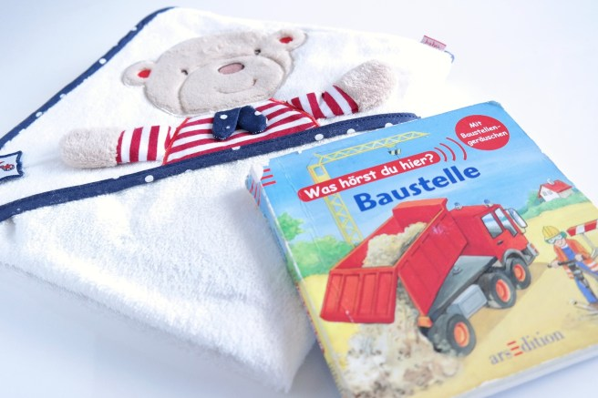 Mamablog schönes Kinderbuch Soundbuch Badehandtuch Kapuzentuch Jungsmama