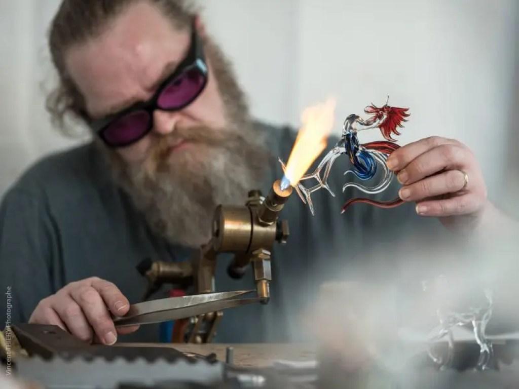 Mr Eddie LEGUS travaillant un coq en verre par Vincent THIERY