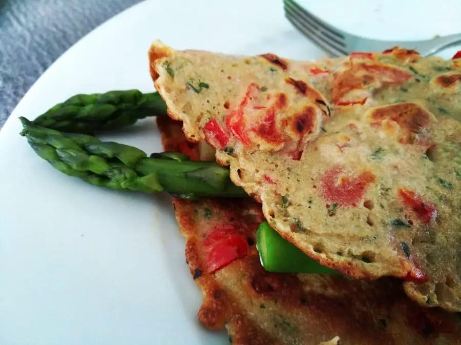 Buchweizen-Omeletten mit Tomaten, Spinat und grünen Spargeln