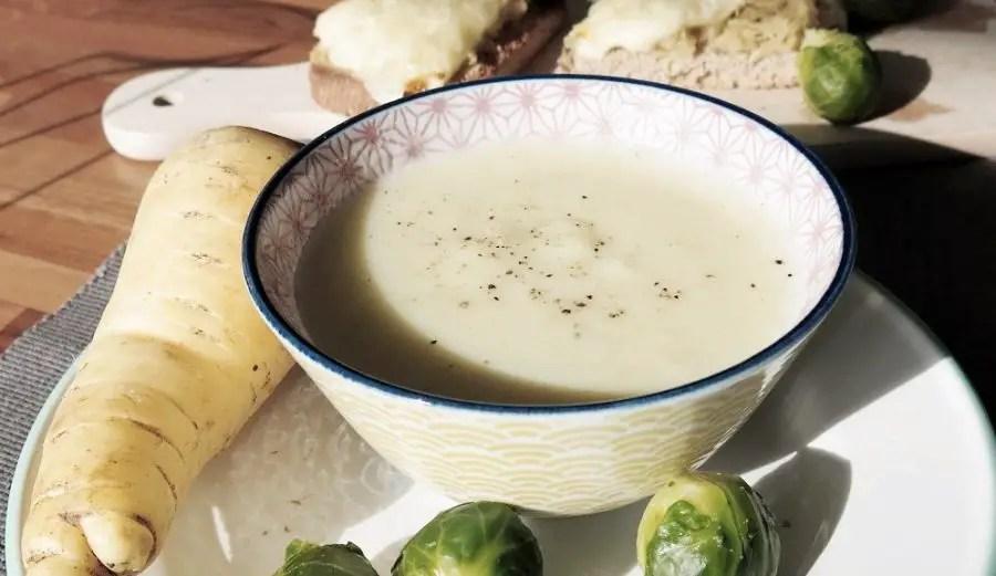 Exklusive weisse Karottensuppe mit Sauerkraut-Raclette-Schnitten
