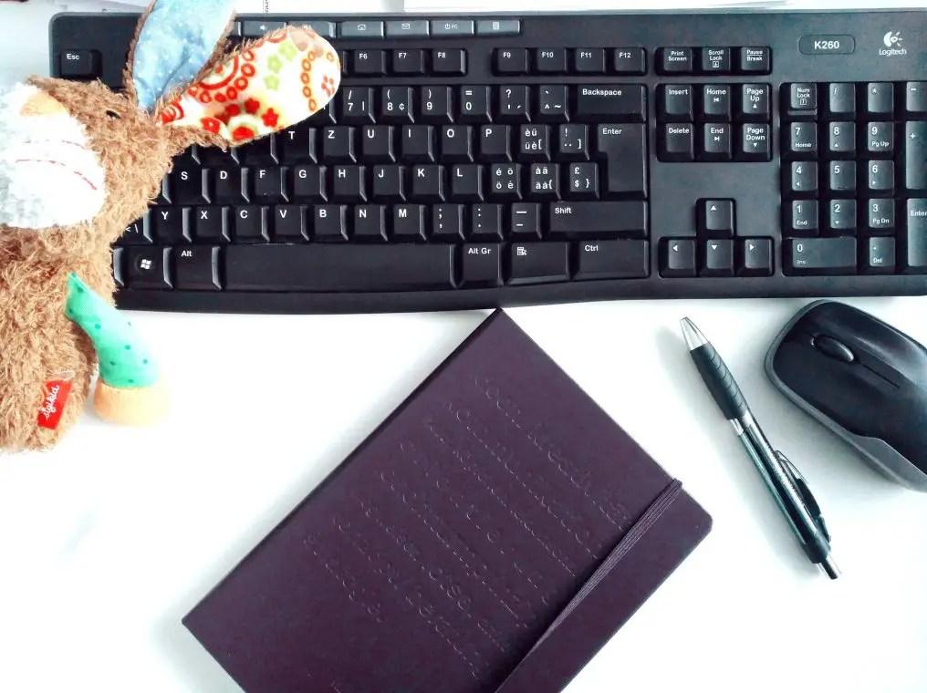 Computer, Notizbuch, Plüschhase workingmum