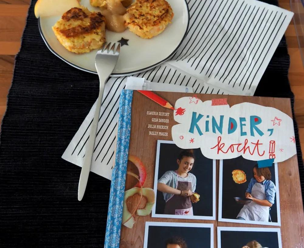 Reibekuchen mit Apfelmus und Kochbuch